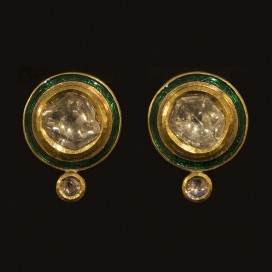 Ear tops with old cut diamonds and enameled around the sides (20th century, India, 22 KT yellow gold)