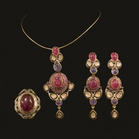 Art Deco set consisting of a pendant, ear hangers and ring.