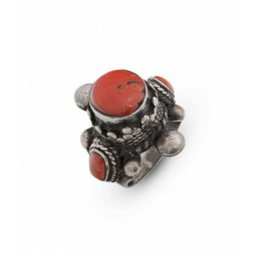 Antique silver ring set with coral