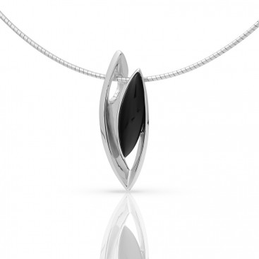 Silver pendant set with onyx and spang